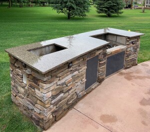 Outdoor kitchen in Tropical Brown granite